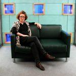 Karin Lion liest auf dem Grünen Sofa