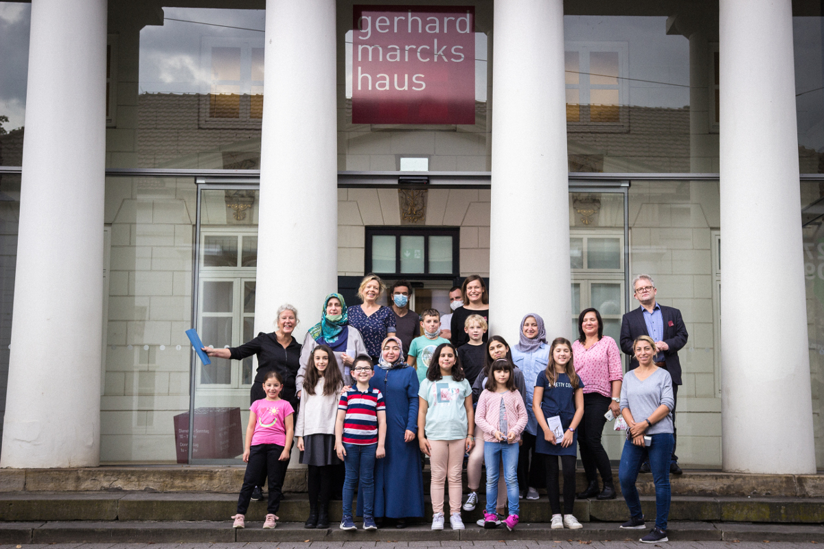 Hier seht ihr die Kinder der Kunstwerkstatt von Kultur Vor Ort vor dem Gerhard-Marcks-Haus