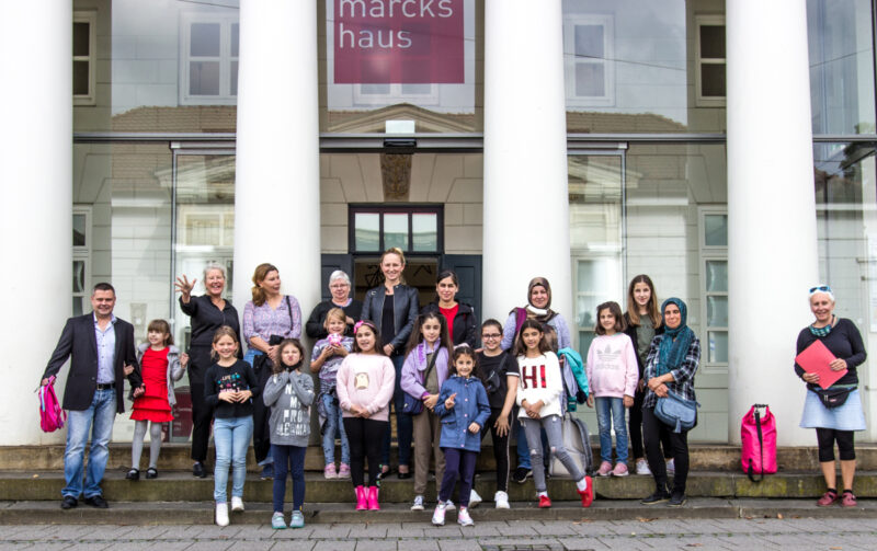 Hier seht ihr die Kinder des Kinderateliers zusammen mit den Eltern vor dem Museum Gerhard-Marcks-Haus